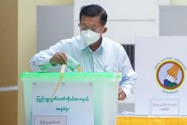 ผู้บัญชาการทหารสูงสุดพม่าเข้าคูหาเลือกตั้ง เปรยยอมรับผลเลือกตั้งจากเสียงประชาชน