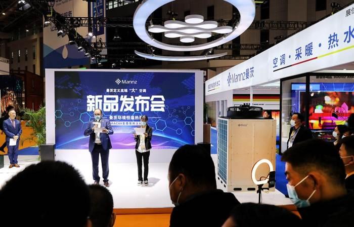 แฟ้มภาพซินหัว : การนำเสนอผลิตภัณฑ์ใหม่ภายในงานมหกรรมแสดงสินค้านำเข้านานาชาติจีน ครั้งที่ 3 ณ มหานครเซี่ยงไฮ้ วันที่ 8 พ.ย. 2020