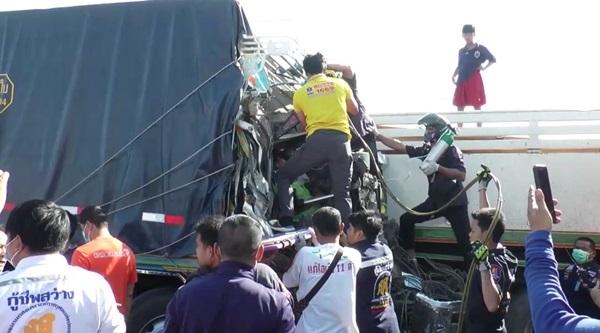 สิบล้อพ่วงหลับในชนเทรลลอร์และรถเก๋ง 2 คันพังยับ บาดเจ็บหลายราย