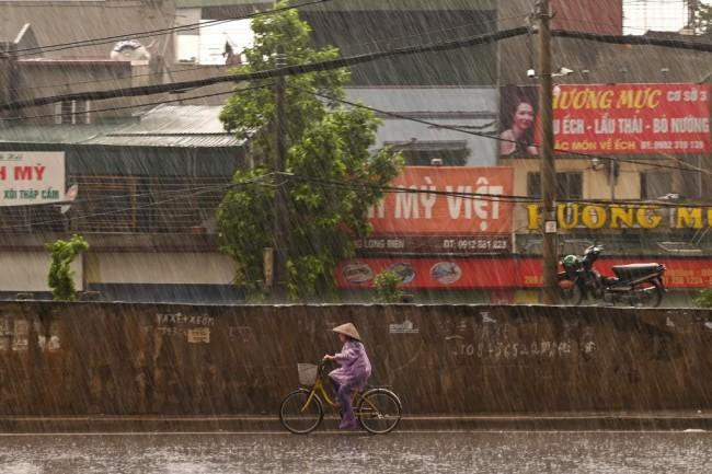 'พายุเอตาว' อ่อนกำลังขึ้นฝั่งเวียดนาม 'พายุหว่ามก๋อ' ไล่หลังจ่อเข้าทะเลจีนใต้ติดๆ
