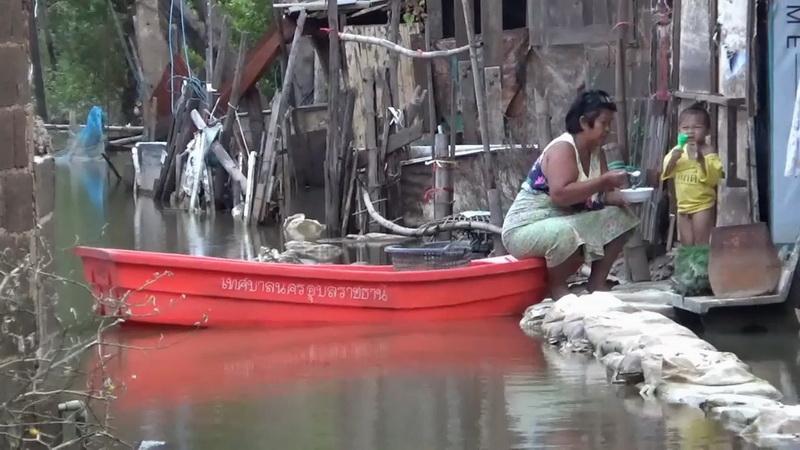 ทุกข์ซ้ำกรรมซัด! บ้านน้ำท่วมไม่พอ ชาวชุมชนที่อุบลยังต้องทนกับลมหนาว