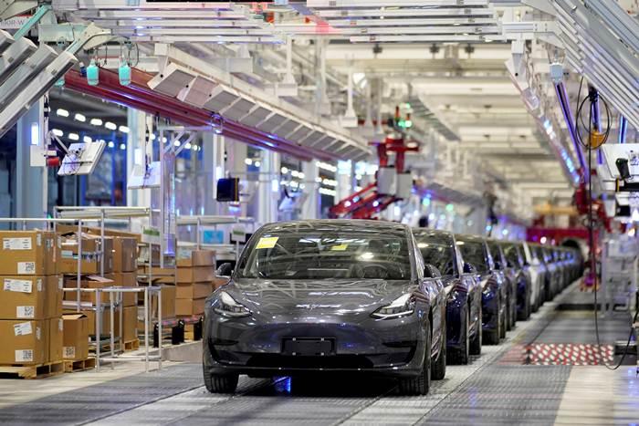 เทสลาอัปความสามารถการผลิตของโรงงานเทสลาในเซี่ยงไฮ้ เร่งผลิตรถ 550,000 คัน (Model 3และ Model Y) ลุยตลาดจีนปี 2021  ในภาพ Tesla Model 3 ในโรงงานในเซี่ยงไฮ้ ภาพวันที่ 7 ม.ค. 2020 (แฟ้มภาพรอยเตอร์ส)