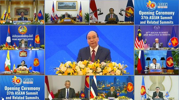 จอภาพในกรุงฮานอย ประเทศเวียดนาม แสดงให้เห็นบรรดาผู้นำชาติอาเซียนกำลังเข้าร่วมการประชุมสุดยอดทางออนไลน์ในวันพฤหัสบดี (12 พ.ย.) โดยผู้ที่อยู่ตรงกลางของภาพคือ นายกรัฐมนตรี เหวียน ซวน ฟุก ของเวียดนาม