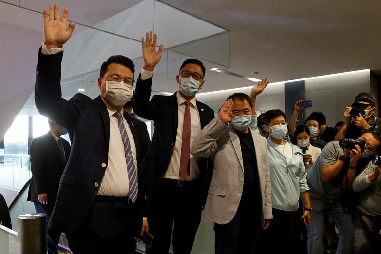 3 ส.ส.ฮ่องกงฝ่ายหนุนประชาธิปไตย Wu Chi-wai, Andrew Wan และ Lam Cheuk-ting โบกมือทักทายสื่อมวลชน หลังตัดสินใจยื่นจดหมายลาออกเมื่อวันที่ 12 พ.ย. เพื่อประท้วงที่เพื่อน ส.ส. 4 คนถูกตัดสินขาดคุณสมบัติตามกฎใหม่ของจีน