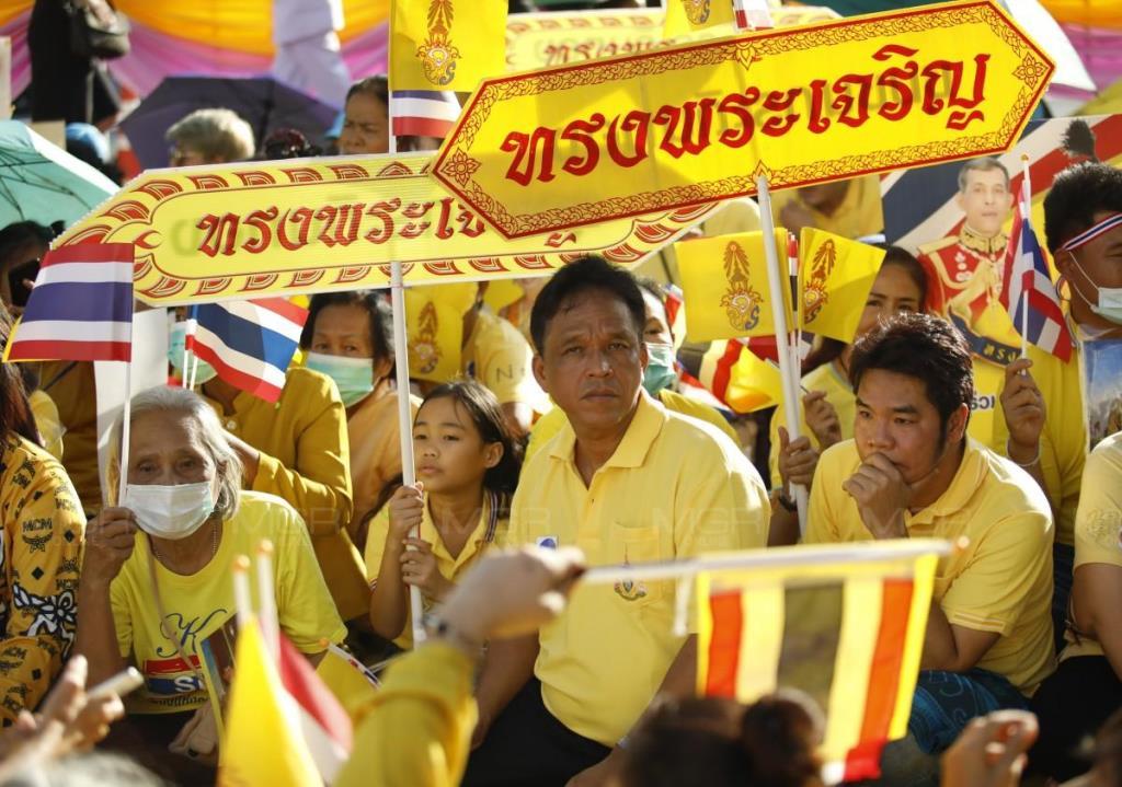 """ประชาชนสวมเสื้อเหลืองเฝ้าฯ รับเสด็จ """"ในหลวง-พระราชินี"""" แน่นลานหน้าห้างเดอะมอลล์ บางแค"""