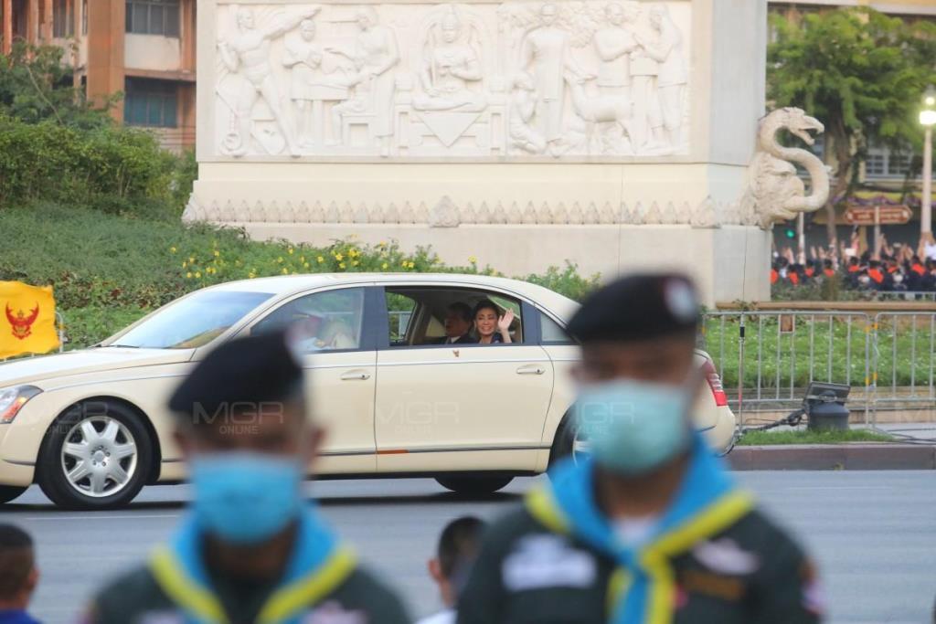 พระราชินีทรงโบกพระหัตถ์ให้ประชาชนขณะขบวนเสด็จผ่านอนุสาวรีย์ประชาธิปไตย