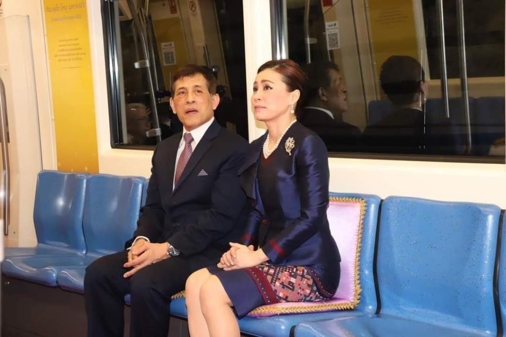 """ในหลวง-พระราชินี ทรงเปิดโครงการรถไฟฟ้ามหานครสาย """"เฉลิมรัชมงคล"""" ประทับรถไฟฟ้าพระที่นั่งจาก สถานีสนามไชย-สถานีหลักสอง"""
