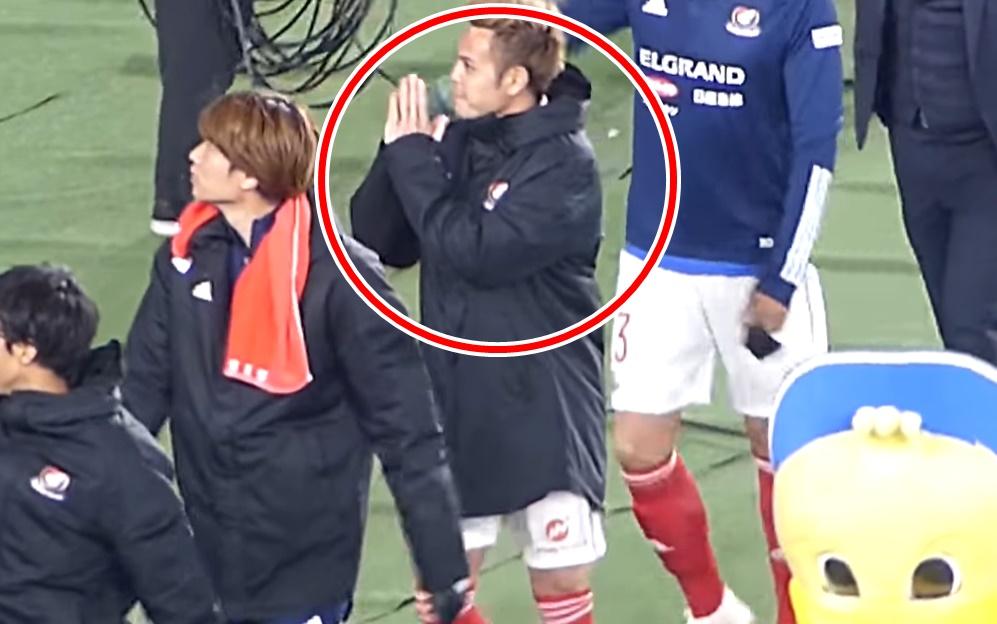 """ดูจบต้องอมยิ้ม! คลิป """"ธีราทร"""" ยกมือใหว้จนเพื่อนร่วมทีม """"โยโกฮาม่า"""" ยังแอบแซว"""
