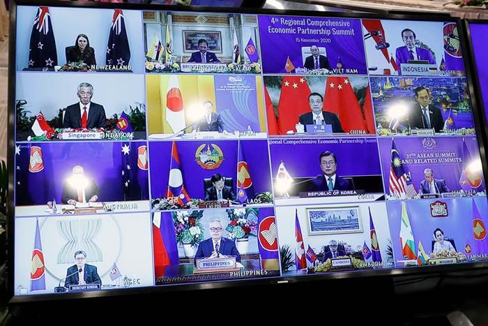 กลุ่มผู้นำอาเซียนบนจอภาพขณะเข้าร่วมการประชุมสุดยอดความตกลงหุ้นส่วนทางเศรษฐกิจระดับภูมิภาค หรือ อาร์เซ็ป (RCEP) โดยเป็นส่วนหนึ่งของการประชุมสุดยอดอาเซียนครั้งที่ 37 ซึ่งจัดที่กรุงฮานอย เมืองหลวงของเวียดนาม ภาพวันที่ 15 พ.ย. (ภาพรอยเตอร์ส)