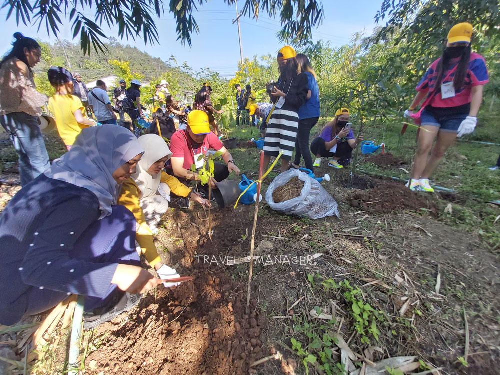 ผู้ร่วมทริปร่วมปลูกต้นไม้