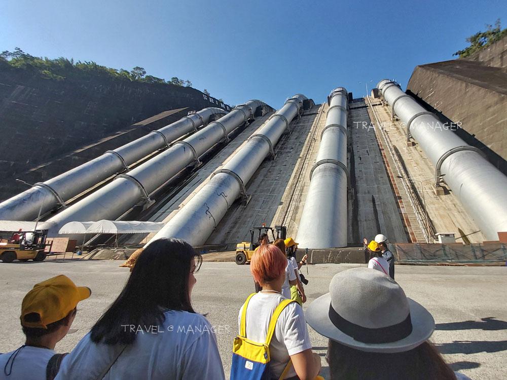 ผู้ร่วมทริปได้ชมท่อส่งน้ำอย่างใกล้ชิด