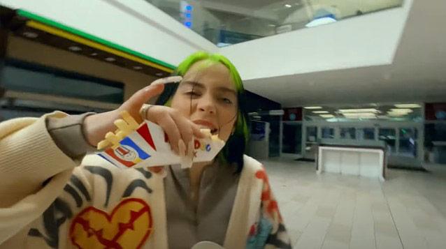 """""""บิลลี่ ไอลิช"""" ทำเซอร์ไพรส์ ชวนตะลอนกินแบบจัดเต็มใน MV เพลงใหม่ """"Therefore I Am"""""""