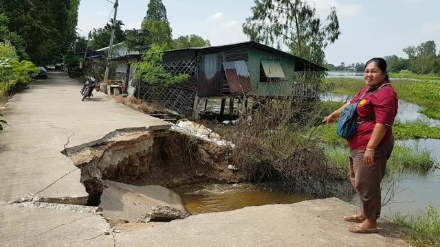 น้ำกัดเซาะถนนคอนกรีตข้างศูนย์เด็กเล็ก พังถล่มลงน้ำเป็นทางยาว ทำชาวบ้านสัญจรลำบาก