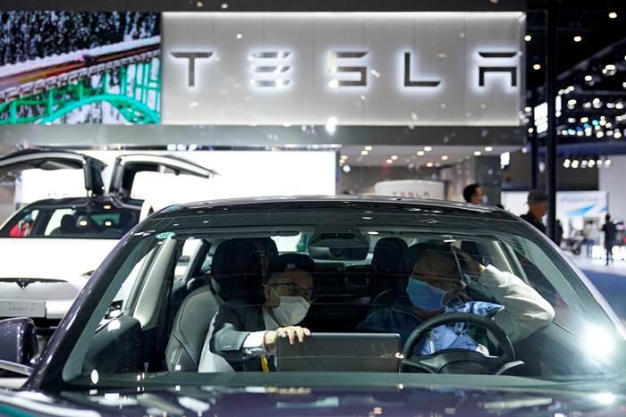 รถยนต์พลังงานไฟฟ้า Tesla ที่ถูกนำออกแสดงในมหกรรมสินค้านำเข้านานาชาติ (CIIE)ครั้งที่สามที่เซี่ยงไฮ้ ภาพเมื่อวันที่ 5 พ.ย. (แฟ้มภาพรอยเตรอ์ส)