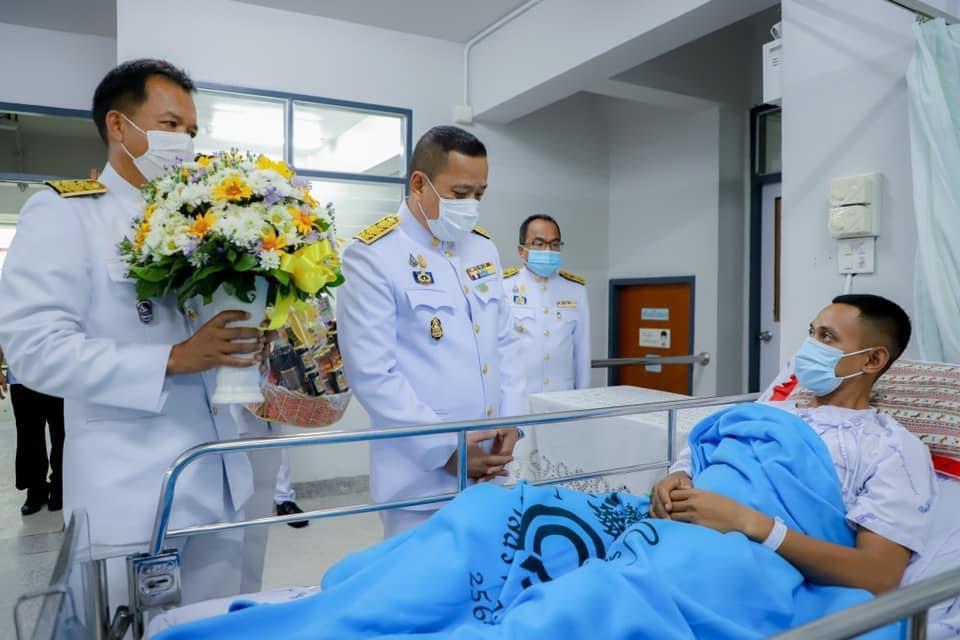 ในหลวง โปรดเกล้าฯ ให้ผวจ.นราธิวาส เชิญดอกไม้และตะกร้าสิ่งของพระราชทาน มอบแก่ผู้บาดเจ็บจากเหตุไฟใต้