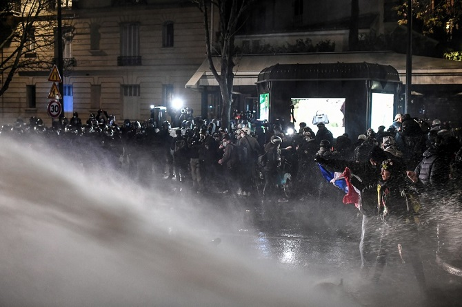 ต้องประณาม!ตำรวจฝรั่งเศสฉีดน้ำ,ใช้แก๊สน้ำตาสลายการชุมนุมกลางกรุงปารีส(ชมคลิป)