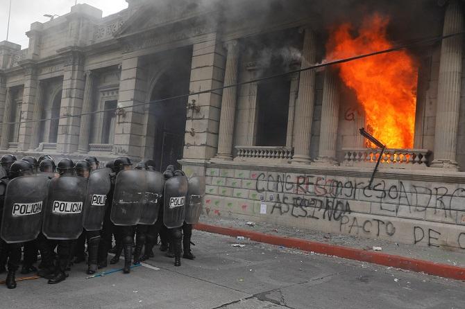 อย่างโหด!จุดไฟเผารัฐสภากัวเตมาลา ประท้วงขับไล่ประธานาธิบดี(ชมคลิป)