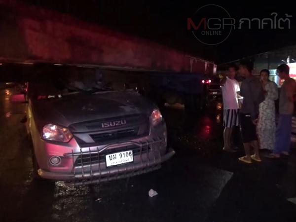 เกิดอุบัติเหตุรถกระบะขนปลาชนรถพ่วงขนแท่งคอนกรีตมุดติดใต้ท้องรถ เจ็บ 1
