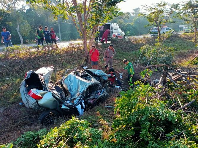 สองหนุ่มซิ่งเก๋งเสียหลักอัดต้นไม้ริมถนนมิตรภาพหนองคาย ตาย 1 เจ็บ 1 คาดหลับใน