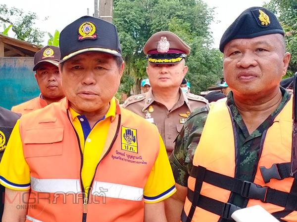 รมช.มหาดไทยพร้อมแม่ทัพ 4 ลงพื้นที่ช่วยชาวบ้านบ้านน้ำลัดหลังถูกน้ำป่าเข้าท่วมทั้งหมู่บ้าน
