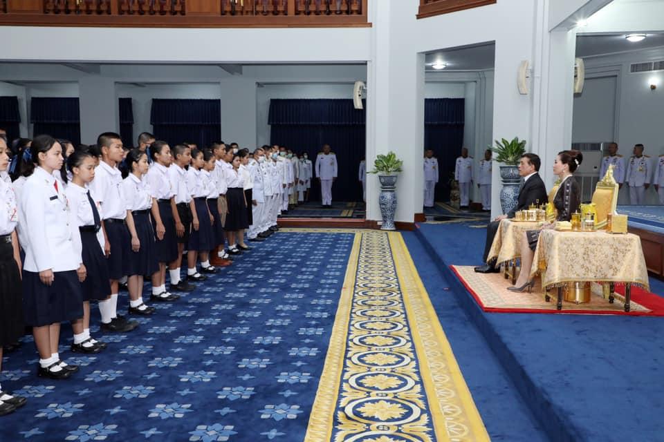 """ในหลวง ทรงมีพระบรมราโชวาทให้นักเรียนทุนพระราชทาน ม.ท.ศ. """"ตั้งใจศึกษาเล่าเรียน...สร้างความเจริญมั่นคง ทั้งแก่ตนเอง สังคม และประเทศชาติ"""""""