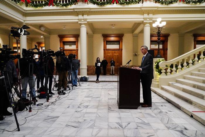 แบรด รัฟเฟนสเพอร์เกอร์ รัฐมนตรีกิจการภายใน (Secretary of State) ของรัฐจอร์เจีย แถลงข่าวเมื่อวันศุกร์ (20 พ.ย.) ที่เมืองแอตแลนตา โดยที่เจ้าหน้าที่การเลือกตั้งสูงสุดของจอร์เจียผู้นี้บอกว่า เขาจะให้การรับรองว่า โจ ไบเดน เป็นผู้ชนะการเลือกตั้งประธานาธิบดีในรัฐนี้ ทั้งนี้ภายหลังการนับคะแนนกันใหม่ด้วยมือเสร็จสิ้นลง และผลยังยืนยันว่า ไบเดน ชนะ โดนัลด์ ทรัมป์