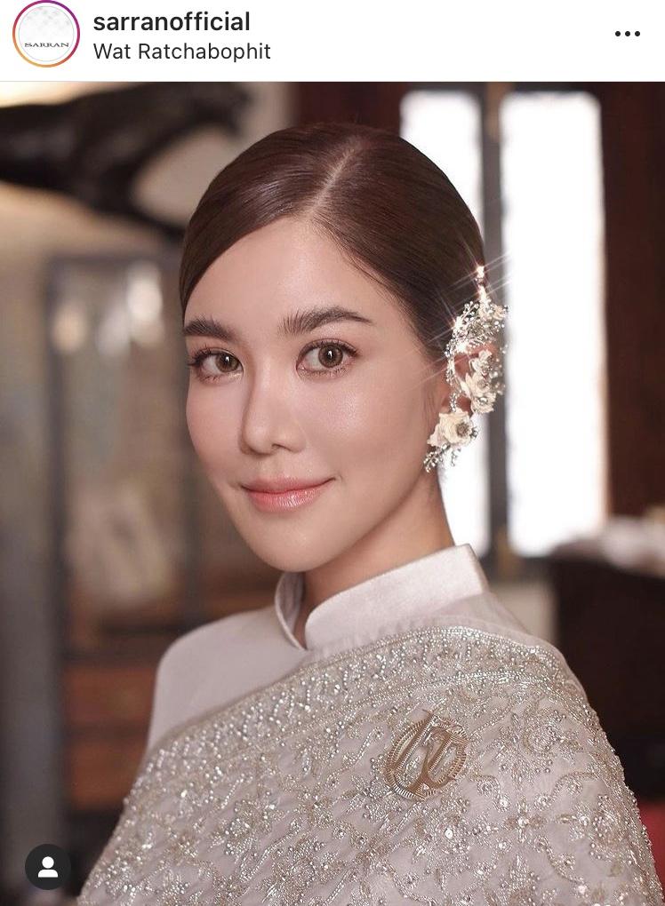 """""""ก้อย รัชวิน"""" งดงามเจิดจรัส ในชุดไทยสุดหรู ควงคู่ """"ตูน บอดี้สแลม"""" กราบขอพรสมเด็จพระสังฆราชฯ"""