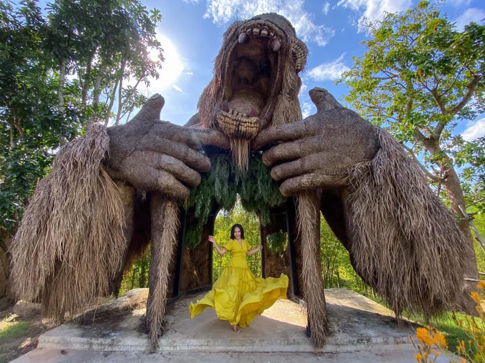 """ตื่นตา! """"สวนคิงคอง"""" ที่เที่ยวใหม่เมืองกระบี่ สัมผัสหุ่นฟางคิงคองหลายลีลาหน้าสระมรกต"""