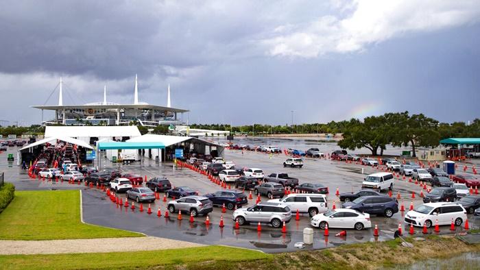 รถยนต์ต่อแถวกันยาวเหยียดที่ศูนย์ตรวจเชื้อโรคโควิด-19 แบบไดรฟ์ทรูแห่งหนึ่ง ในสถานกีฬา ฮาร์ดร็อกสเตเดียม ในไมอามีการ์เดนส์ รัฐฟลอริดา เมื่อวันอาทิตย์ (22 พ.ย.) ขณะที่จำนวนผู้ติดเชื้อโรคระบาดนี้ในอเมริกาเพิ่มขึ้นอย่างรวดเร็ว