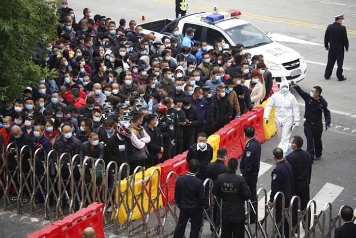 พนักงานท่าอากาศยานรอเข้ารับการตรวจเชื้อโรคโควิด-19 ที่ท่าอากาศยานนานาชาติผู่ตง ในเมืองเซี่ยงไฮ้ ประเทศจีน เมื่อวันจันทร์ (23 พ.ย.) ทั้งนี้หลังพบพนักงานฝ่ายดูแลการขนส่งสินค้าที่สนามบินติดไวรัสโครนาชนิดนี้
