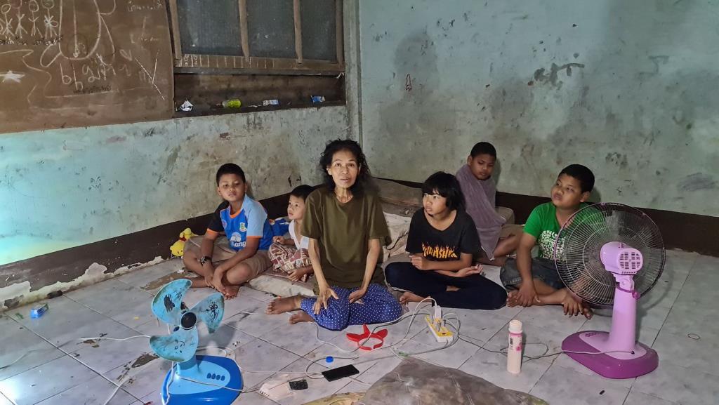วอนช่วย! 5เด็กน้อยเมืองสัตหีบชีวิตสุดลำเค็ญ อาศัยห้องเรียนร้างเป็นบ้านนาน 7 ปี