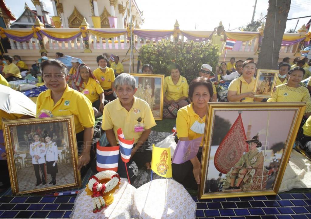 พสกนิกรสวมเสื้อเหลือง เฝ้าฯ รับเสด็จ ในหลวง-พระราชินี เพื่อทรงบำเพ็ญพระราชกุศลถวายผ้าป่า วัดช่องแค