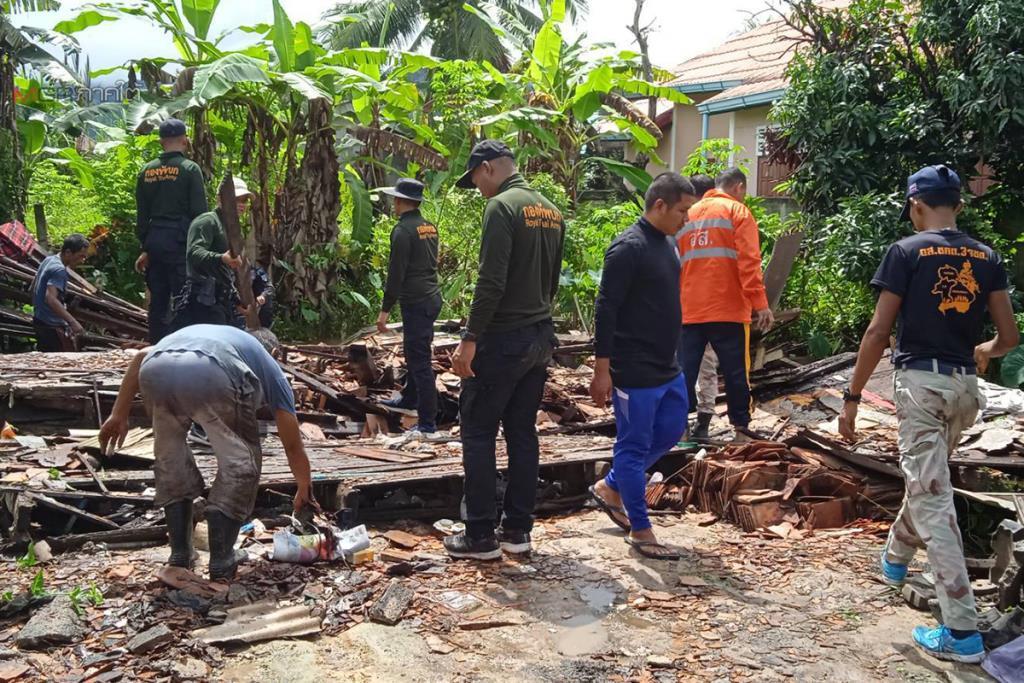 ระดมกำลังช่วยรื้อบ้านที่ถูกพายุฝนถล่มทั้งหลังของประชาชน อ.มายอ จ.ปัตตานี
