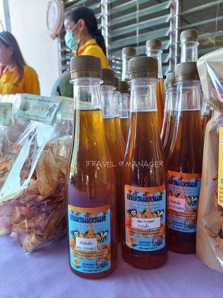 น้ำผึ้งแท้ๆ จากผึ้งกล่องที่เลี้ยงในชุมชน