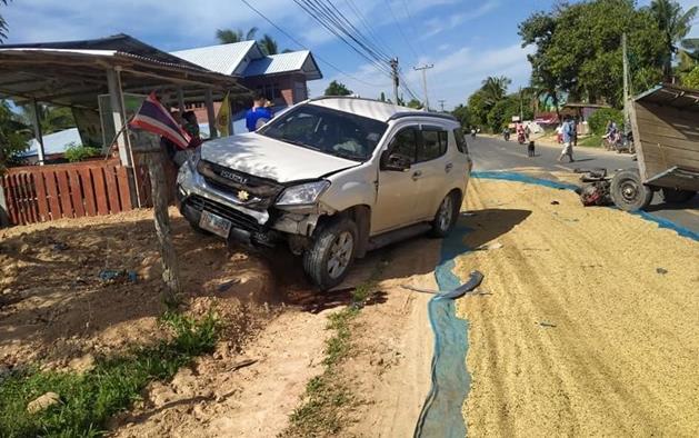 เรื่องนี้ใครผิด? หนุ่มขับรถยนต์หักหลบข้าวบนถนน เสียหลักชนรถไถนาชาวบ้าน