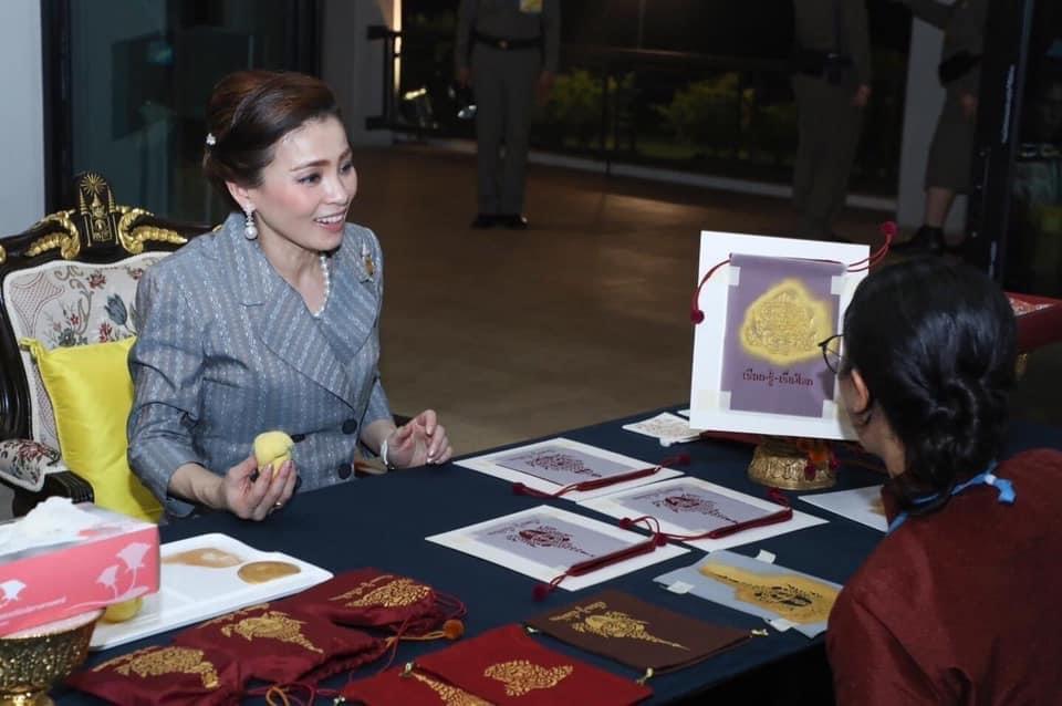 พระราชินี ทอดพระเนตร อาคารเรียน-รู้-เรื่องโขน และทอดพระเนตรโขนกลางแปลง  ณ ศูนย์ศิลปาชีพเกาะเกิด