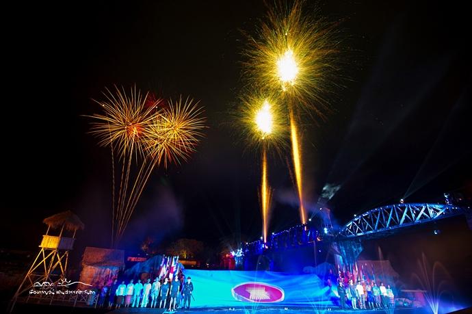 """ชมฟรี! แสง สี เสียง ตระการตา ใน """"งานสะพานข้ามแม่น้ำแคว"""" จ.กาญจนบุรี"""