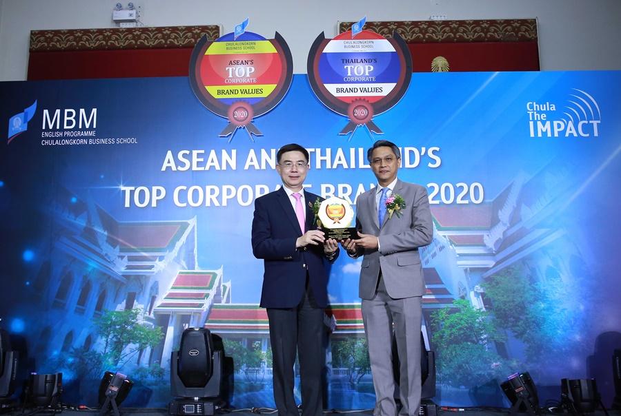 ภาพ - ศ.ดร. บัณฑิต เอื้ออาภรณ์ (ซ้าย) อธิการบดี จุฬาลงกรณ์มหาวิทยาลัย มอบรางวัล ASEAN's Top Corporate Brands 2020 ให้แก่ เจนวิทย์ มุสิกรัตน์ (ขวา) ผู้ช่วยกรรมการผู้อำนวยการใหญ่ สายงานบัญชีและการเงิน บริษัท ท่าอากาศยานไทย จำกัด (มหาชน)