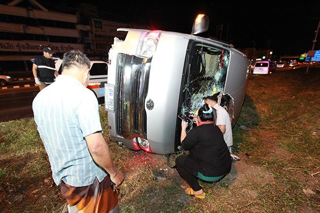 รถตู้สายบุญคำชะโนด ถูกรถกระบะขับเบียด คนขับหักหลบ ขึ้นเกาะกลางถนนจนพลิกคว่ำเจ็บ 10