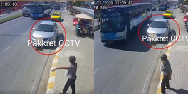 เก๋งมักง่าย! จอดซื้อของริมฟุตปาธ เป็นเหตุให้รถเมล์ต้องรับคนเลนกลาง รถหลังเบรกไม่ทันชนเต็มๆ