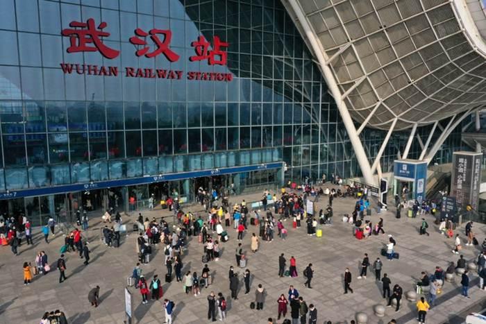 แฟ้มภาพซินหัว : ผู้โดยสารเตรียมเดินทางเข้าสู่สถานีรถไฟอู่ฮั่นในนครอู่ฮั่น เมืองเอกของมณฑลหูเป่ยทางตอนกลางของจีน วันที่ 8 ต.ค. 2020