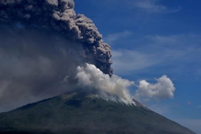 ภาพน่าสะพรึง!ภูเขาไฟอันตรายของอินโดฯปะทุรุนแรง อพยพผู้คนหนีหลายพัน(ชมคลิป)