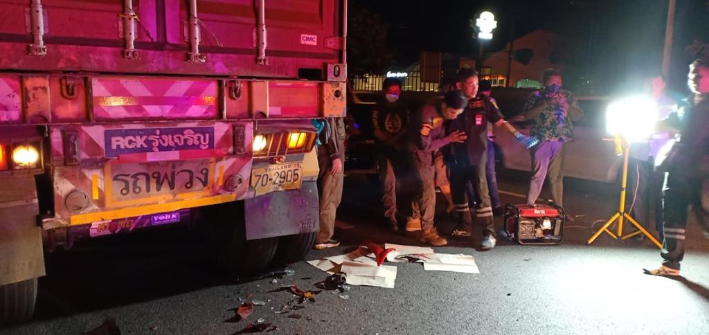 หนุ่มพาเด็กหญิงซิ่งมอไซค์ ชนท้ายรถพ่วงจอดพักริมทางเสียชีวิตทั้งคู่