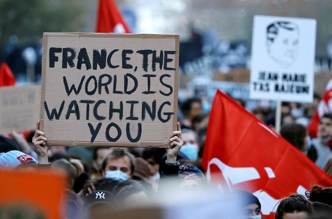 เจอคนนับแสนลุกฮือประท้วง พรรคปธน.ฝรั่งเศสยอมถอยร่างกม.ห้ามแชร์ภาพใส่ร้ายตำรวจ