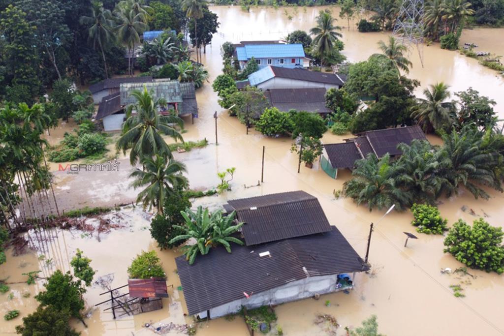 """พัทลุงฝนตกน้ำท่วมทางหลายจุด """"ตะโหมด"""" น้ำหลากท่วมบ้าน ปิดเส้นทางเข้าออกหมู่บ้าน"""