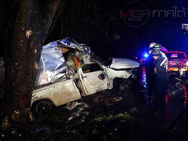 หนุ่มขับรถขนส่งกลับบ้านหลังเสร็จงานขณะฝนตกหนักรถเสียหลักชนต้นไม้เสียชีวิต