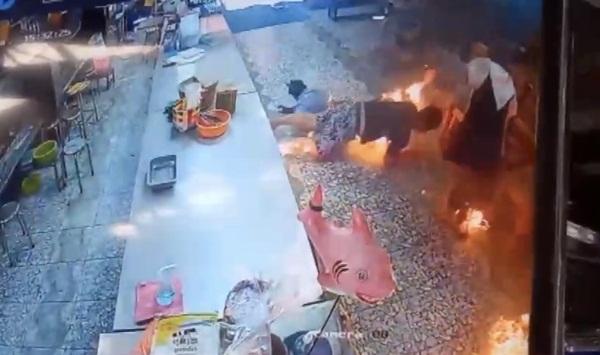 ระทึก! หนุ่มขายอาหารอีสานก่อเหตุจุดไฟเผาตัวเองในตลาดประมงพื้นบ้านอ่างศิลา ทำบาดเจ็บ 4 ราย