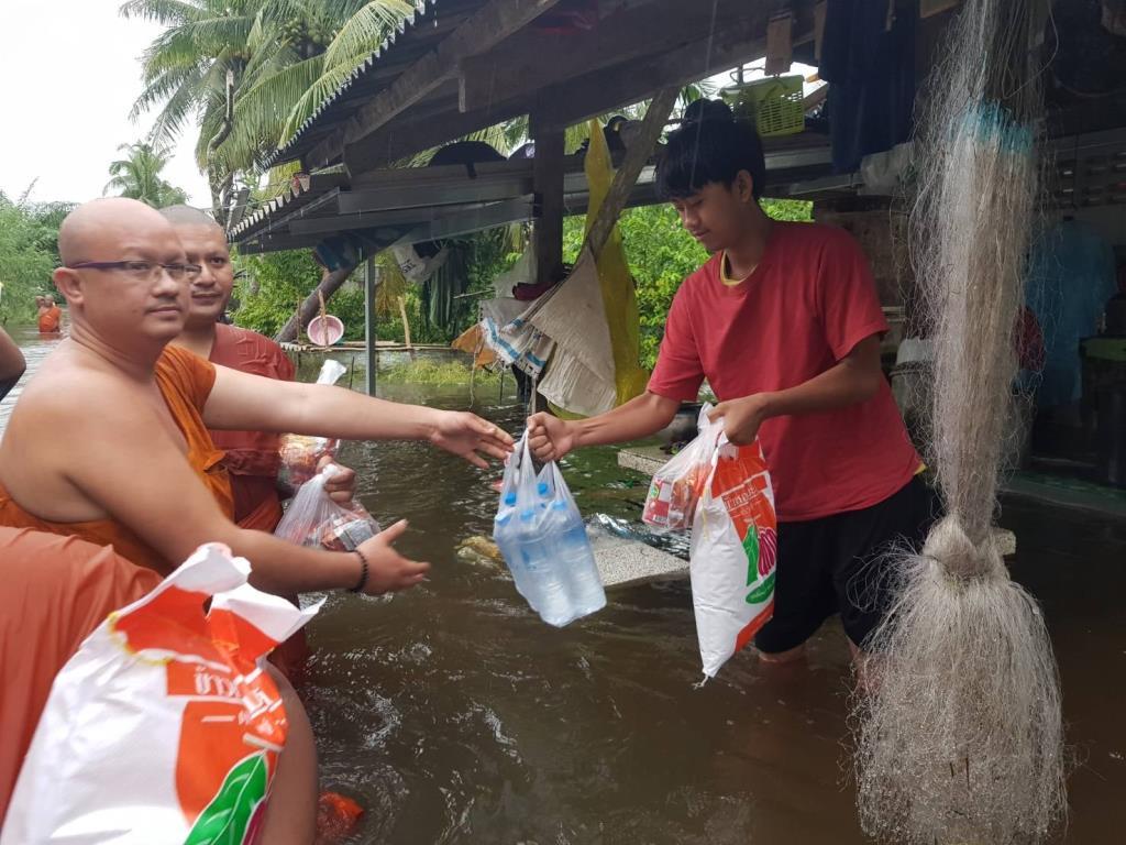 พระสงฆ์ลุยน้ำ! แจกข้าวสาร-อาหารแห้ง ให้ผู้ประสบอุทกภัยที่เมืองคอน