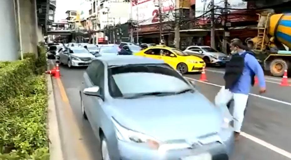 """ผุด #ปัญญาชนขอโทษคนเสื้อแดง ปกป้อง """"การ์ดเสื้อแดง"""" หลังถีบรถ โดนผลักไสอยู่คนละฝั่ง"""