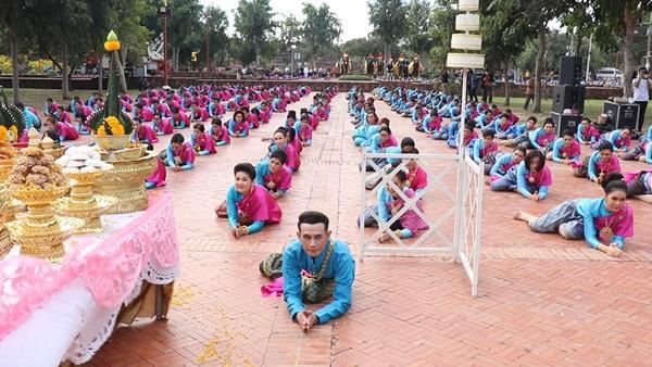 รวมตัวนางรำกรุงเก่ากว่า 1500 คน รำถวายสมเด็จพระเจ้าอู่ทอง ในพิธีบวงสรวงบูรพกษัตริยาธิราช แห่งกรุงศรีอยุธยา